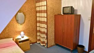 Integrierte Dusche (hinter Vorhang)